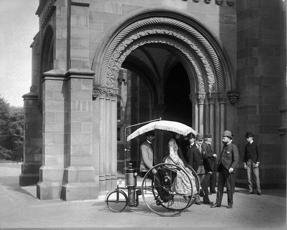 1888. Lucius D. Copeland, mutatja be a Copeland gőzhjtású triciklit a Smithsonian Intézet előtt..jpg