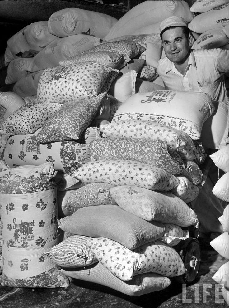 1930-as évek. A nagy gzdasági válság utáni recesszióban a szegények liszteszsák-ruhákat keztek hordani. Ekkor az egyik malomipari cég mintás zsákokat kezdett használni..jpg