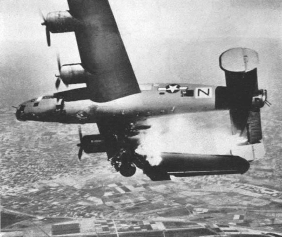 1944. Amerikai B24 Liberatort éppen lelövi a német légvédelem Olaszország felett..jpg