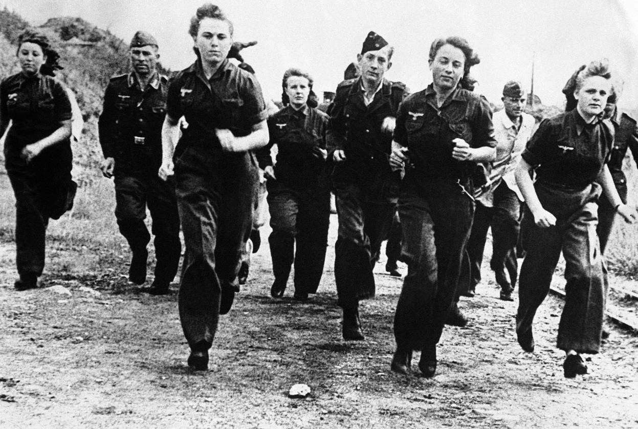 1944. Német nők tréningje a Luftwaffeban..jpg