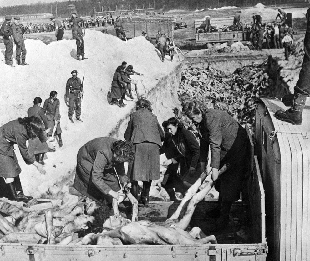 1945. április. A bergen-belseni koncenrciós tábor egykori női őrei amerikai katonák felügyelete mellett temetik el a tábor területén talált holttesteket..jpg