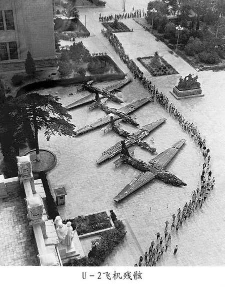 1960. Pekingben kiállított négy lelőtt U-2-es kémrepülőgép..jpg