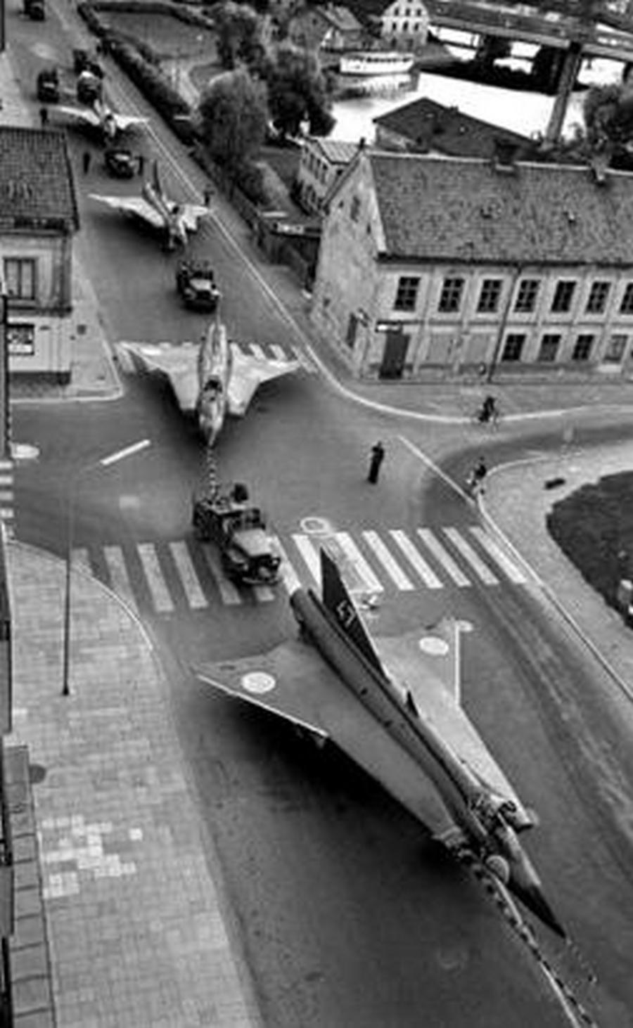 1966. Svédország. Néhány Saab Draken 29-es átszállítása Linköping belvárosán..jpg