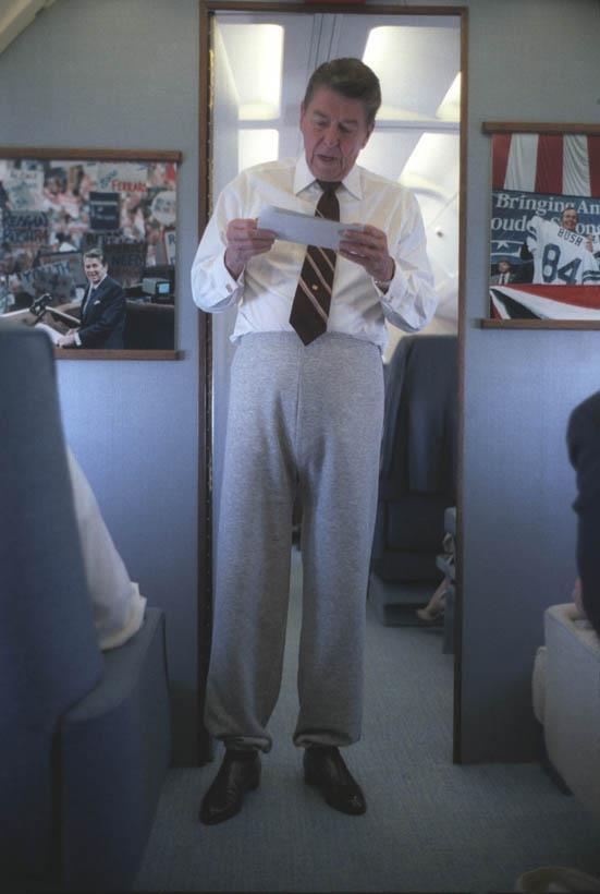1985. Ronald Reagan az USA 40. elnöke melegítőnadrágban az elnöki különgépen..jpg