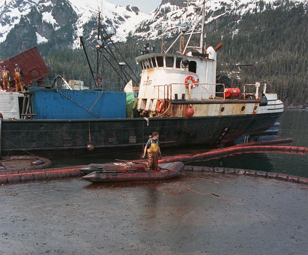 1989. Az Exxon Vldez olajtanker katasztrófája utáni olajmentesítő munkálatok Alaszka partjainál..jpg