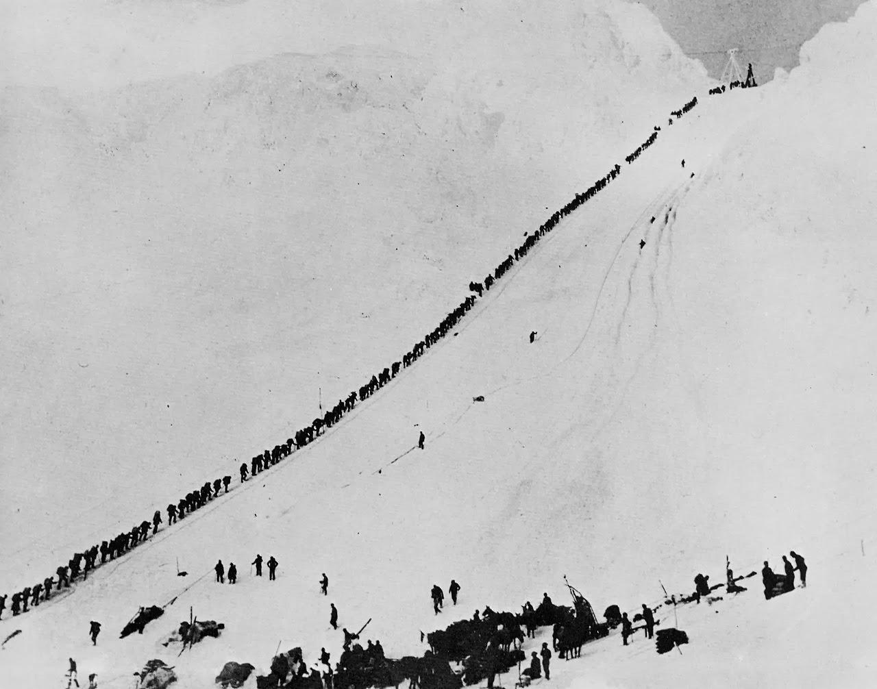 1898. Aranyásók menetelése a Chilkoot-hágónál. A hágón vezetett az egyetlen járható út Dawson Citybe..jpg