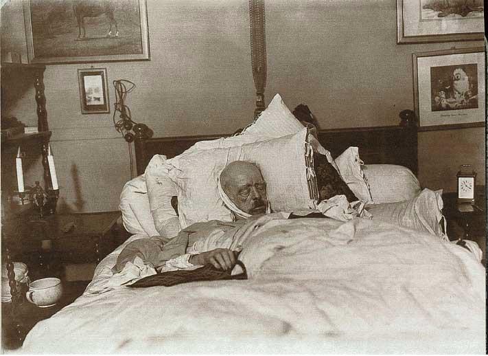 1898. Otto von Bismarck német kancellár a halálos ágyán..jpg