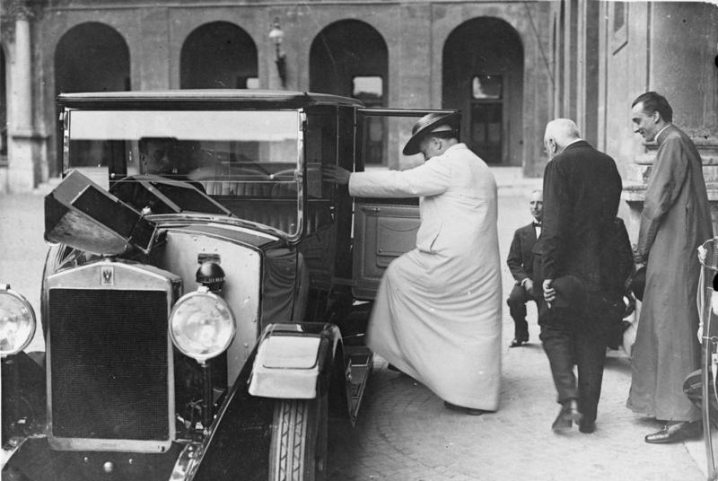 1926. XI. Pius az első pápa, aki autót használt..jpg