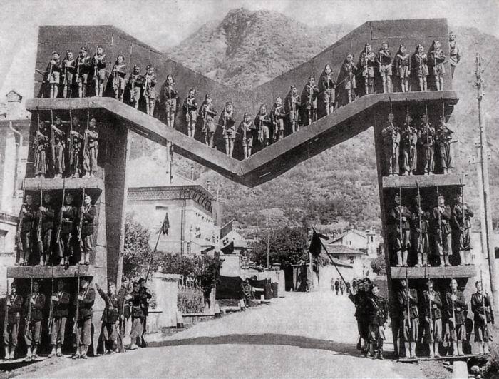 1928. Óriás M-betű köszöntötte Mussolinit látogatása alkalmából egy kis piemontei faluban..jpg