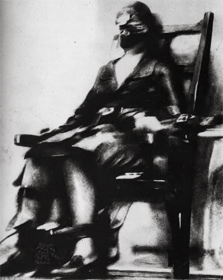 1928. Ruth Snyder a férjét meggyilkoló hűtlen asszony kivégzéséről titokban készült felvétel..jpg