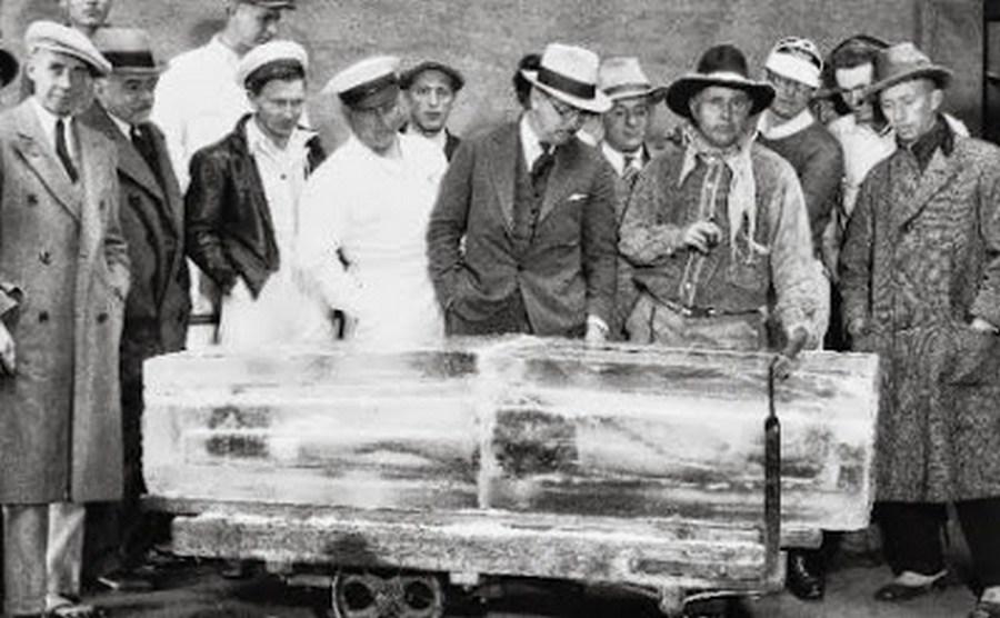 1931. Portland, Oregon. Andrew Moro kaszkadőr harminc percre egy jégtömbbe fagyasztatta magát, hogy felhívja a figyelmet a fagyasztási technikák hatékonyságára..jpg