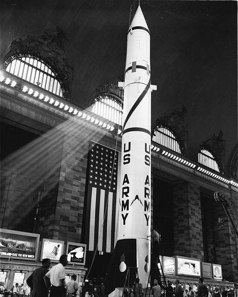 1957. A PGM-11 Redstone a világ első nukleáris rakétája kiállítva a Grand Central állomáson, New Yorkban..jpg
