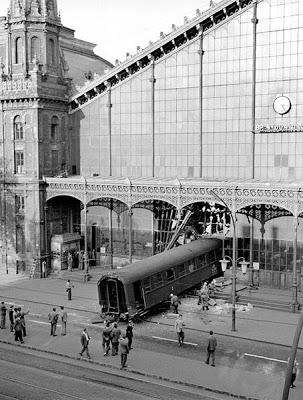 1962. A Nyugati pályaudvaron tötént balesetben a szerelvény áttörve a pályaudvar portálját egészen az egykori Lenin körútig csúszott..jpg