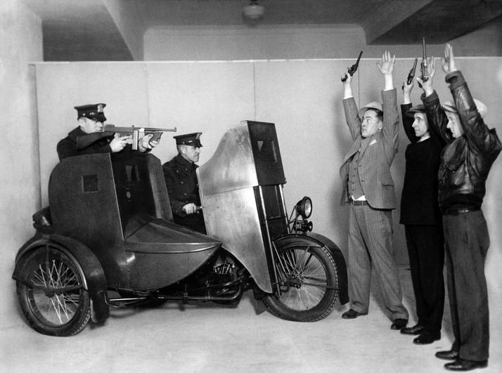 1928 körül. A new yorki rendőrség bemutatója egy golyóálló motorkerékpárral..JPG