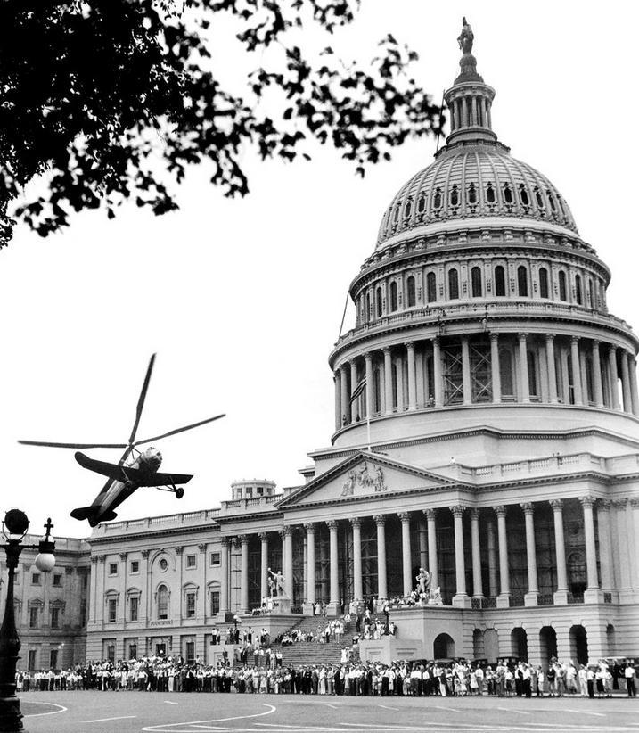 1931. Pitcair típusú autogyro emelkedik fel a Kapitólium elől fedélzetén Hiram Bingham szenátorral, aki egy kis délutáni golfra készül..JPG