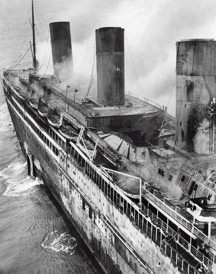 1933. A L'Atlantique óceánjáró a fedélzetén kiütött tűz után. 19-en haltak meg a balesetben Cherbourg és Bordeaux között az óceánon. A hajó belső tereihez rengeteg gyúlékony agyagot használtak..jpg