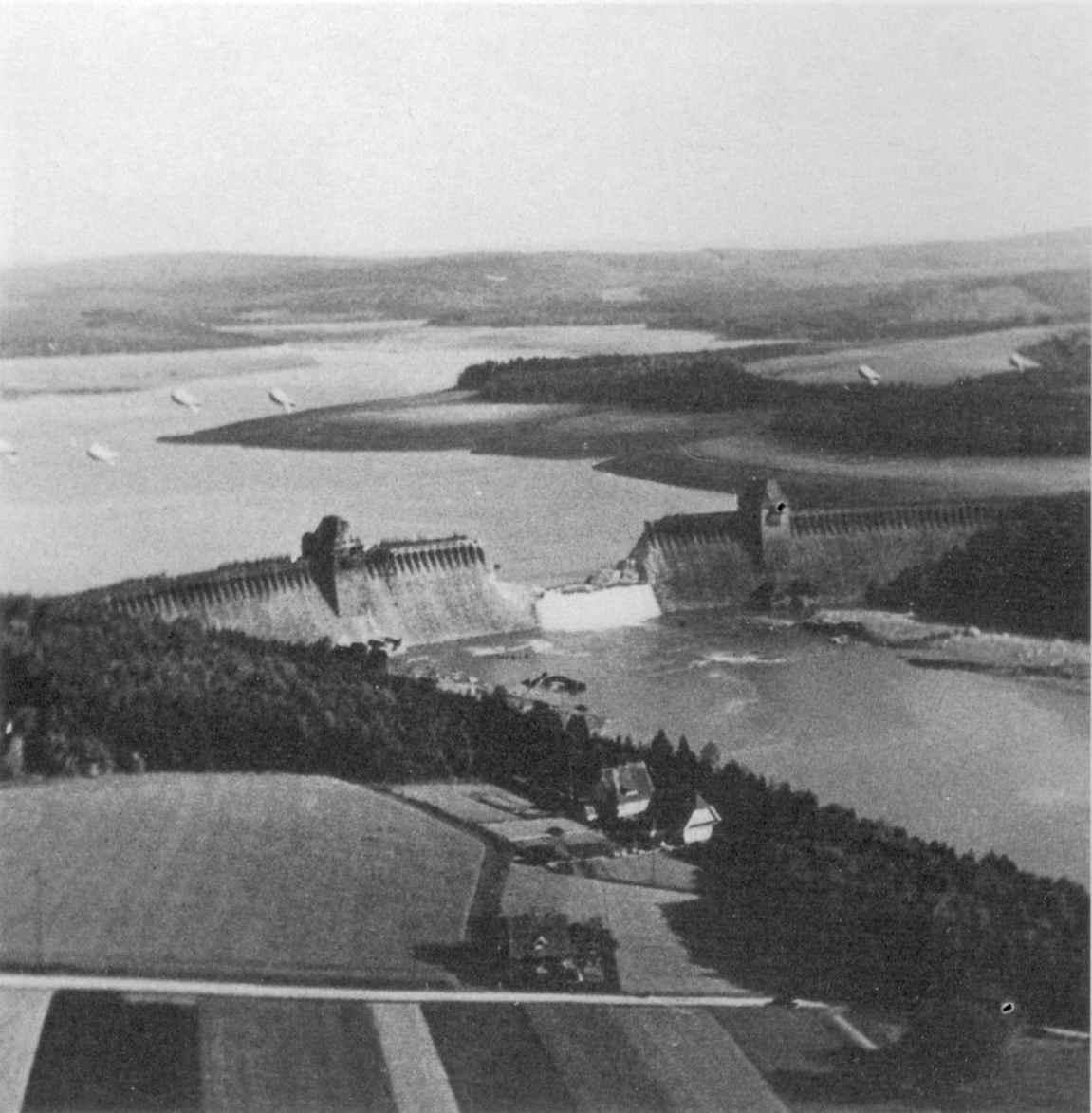 1943. A brit Lancasterek által lerombolt Möhne gát, amely leglább 1576 emberéletet követelt..jpg