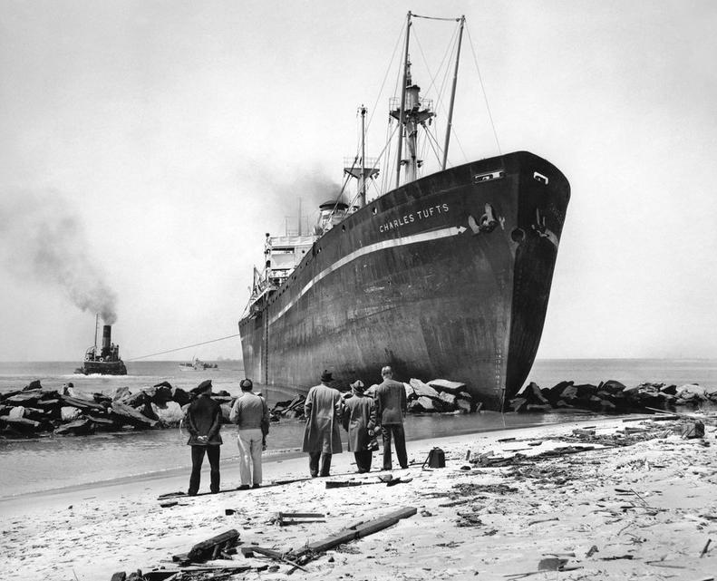 1948. A Charles Tufts teherszállító, amelyik Sea Gate-nél partnak ütközött (Brooklyn). Három vontatóhajó 12 órás munkával tudta kiszabadítani..jpg