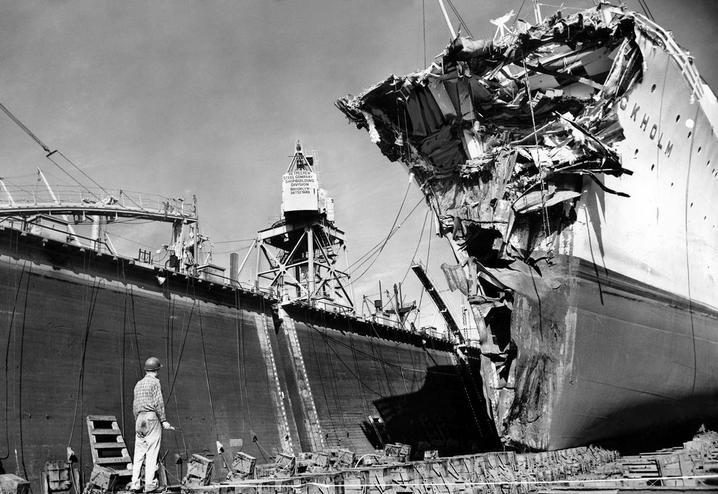 1956. A Stockholm óceánjáró a szárazdokkban, az Andrea Doria olasz hajóval történt ütközése után. 51-en haltak meg a szerencsétlenségben..JPG