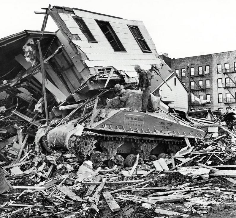 1958. Egy kiszolgált Sherman tankot vetettek be egy ház lebontásához New Yorkban, A tank elakadt és a ház leomló felső emeletei elzárták a tank vezetője elől a kiutat..jpg