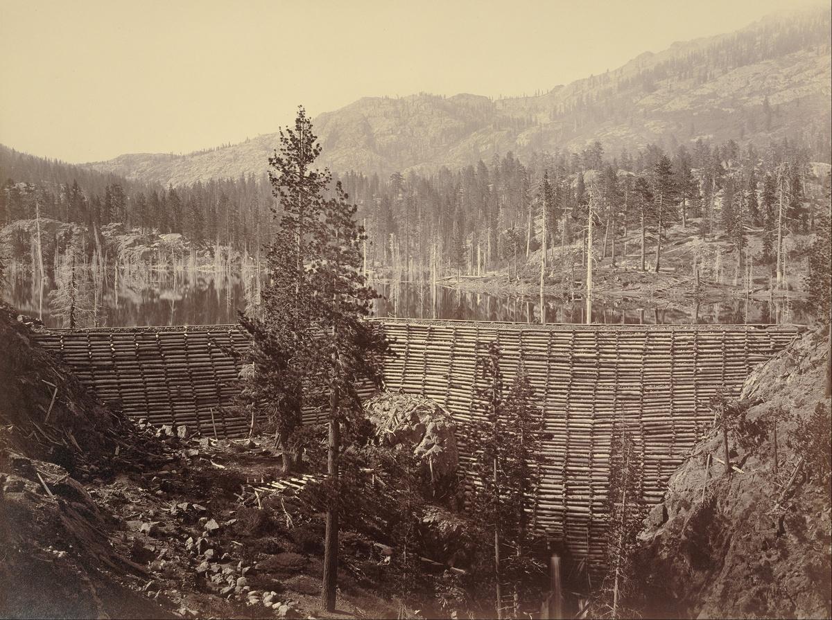 1871. Férfi ül a kaliforninai fából és földből készült gáton..jpg