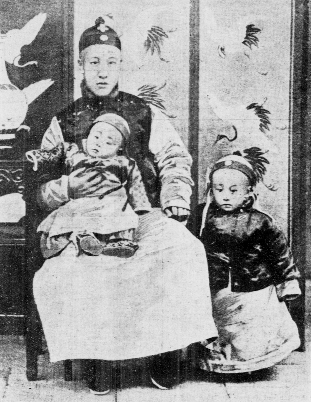 1909. A kép jobb oldalán a három éves Pu Yi a későbbi 532-ik, egyben utolsó kínai császár édesapjával és öccsével..jpg