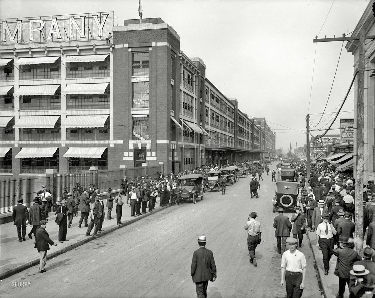 1916 körül. Detroit, USA. Műszakváltás a Ford Motor Company-nál..jpg