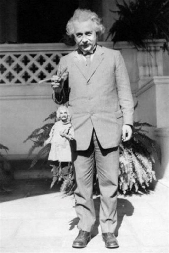 1931. Albert Einstein egy marionett Einsteinnel..jpg