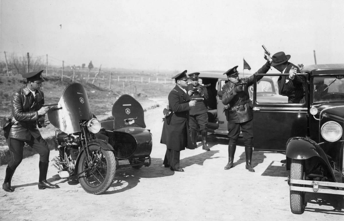 1934. Argentín rendőrség akcióban. Valószínűleg beállított kép..jpg