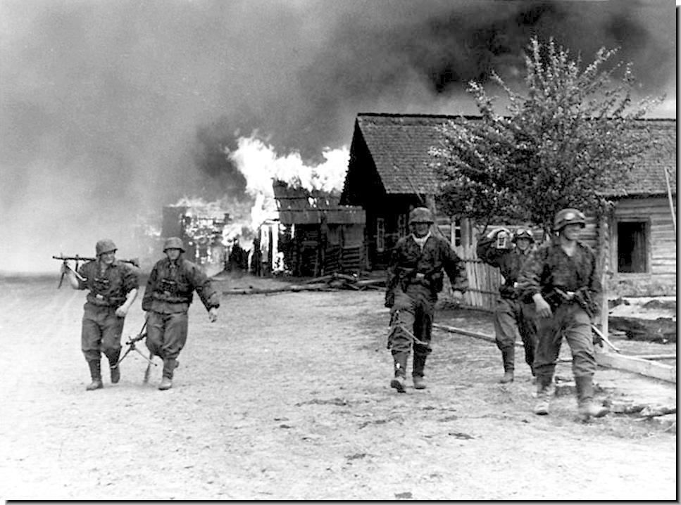 1942. SS alakulat felgyújtott egy ukrán falut..jpg