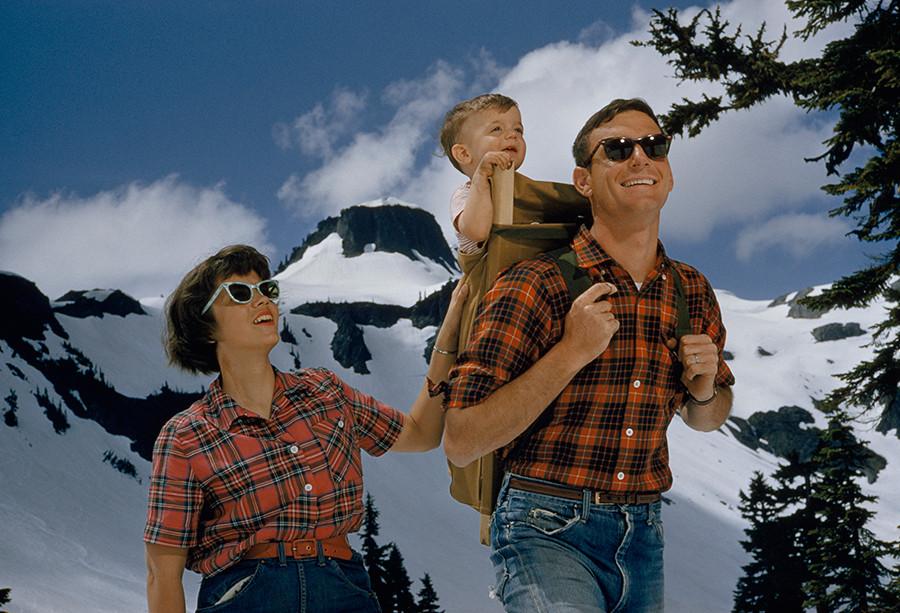 1960. Reklámfotó. Amerikai család túrázik a hegyekben..jpg