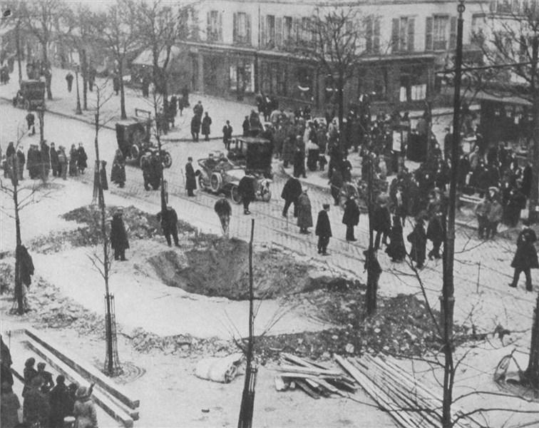 1916. Zeppelin bombázás utáni kráter Párizsban. Az első világháborúban a németek már használták a léghajókat földi célpontok ellen Londonban is!.jpg