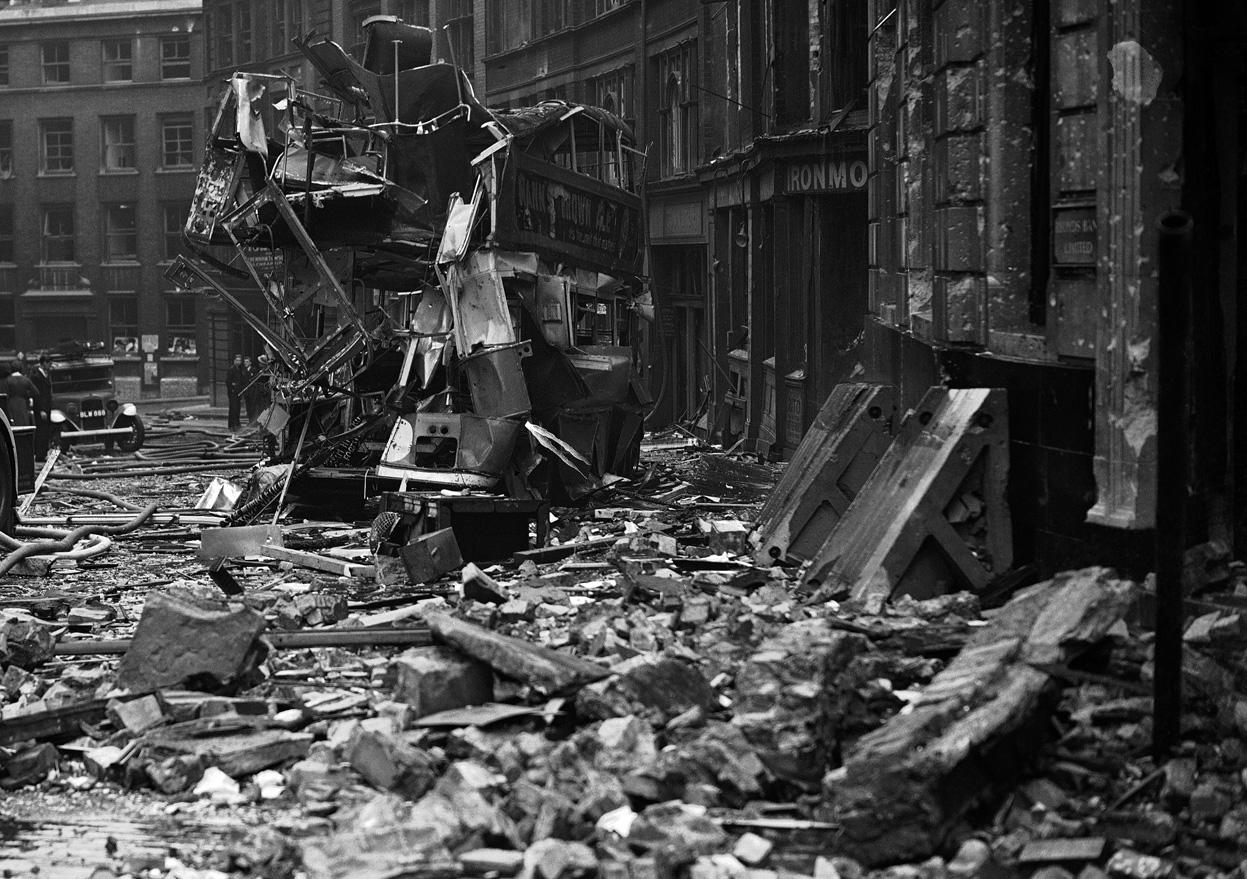 1940. London. A német bombázások alatt telibetalált emeletes busz..jpg
