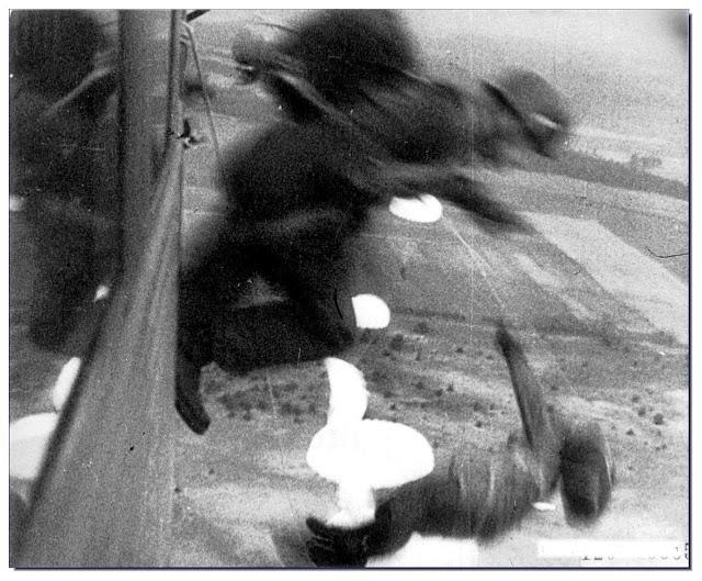 1940. Német ejtőernyősök Hollandia felett..jpg