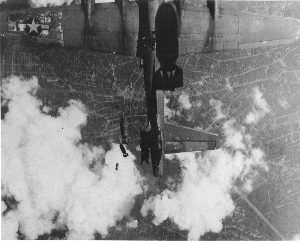 1944. A Miss Donna Mae II, amerikai B17-es bombázó Berlin bombázásakor, egy társa alatt rosszkor elhúzva megsérül a lehulló bombától..jpg