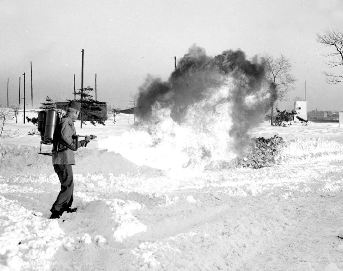 1947. Robert G. Evraets őrmester megunta a hólapátolást és lángszóróval csinál utat a Governors Island-en (New York-ban a parti őrség bázisa)..jpg