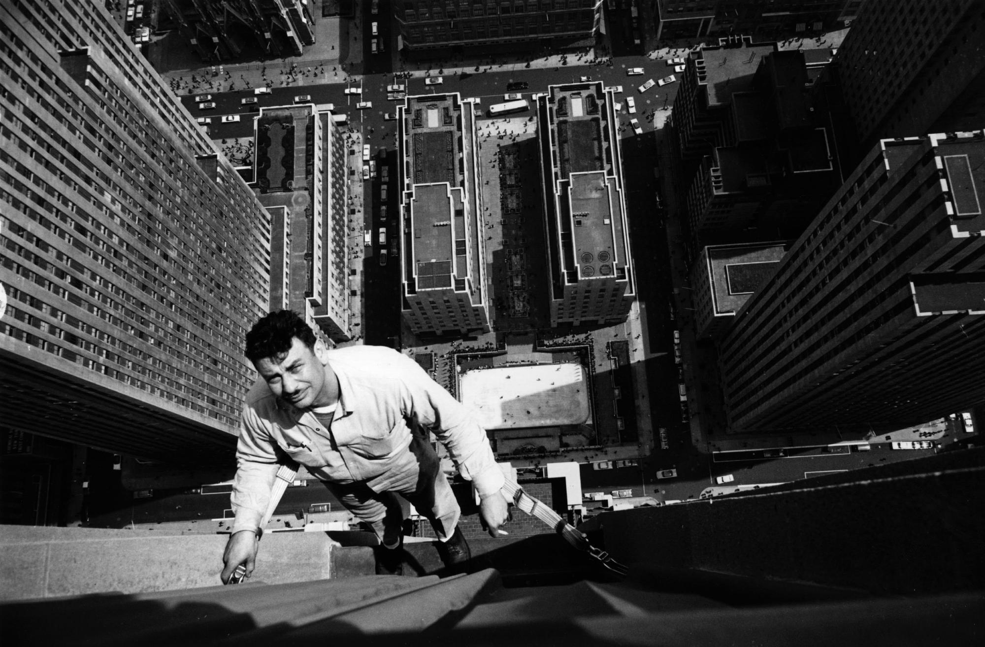 1961. Ablaskmosó munkában az RCA épületén, Rockefeller Center, New York..jpg