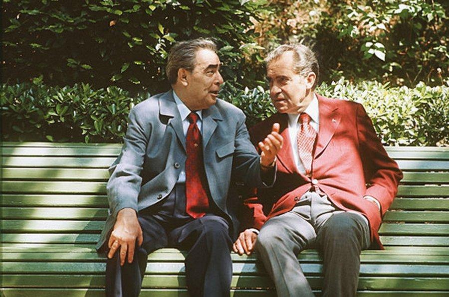 1972. Brezsnyev és Nixon az akkori világ két legbefolyásosabb politikusa, egy padon..jpg