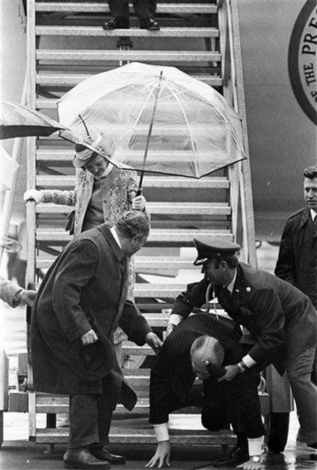 1975. Ausztriai látogatása során Gerald Ford elnök az elnöki gépből való kiszállás során megcsúszott és a földre esett..jpg