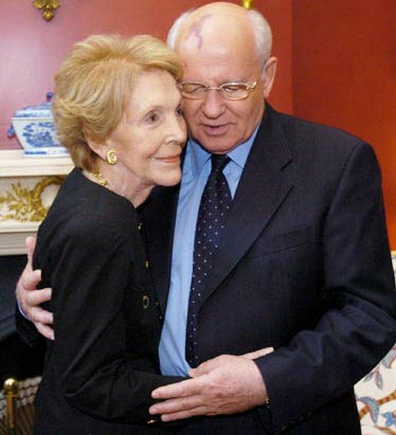 1987. Mihail Gorbacsov, az utolsó szovjet elsőtitkár Nancy Reagannel, Ronald Reagan feleségével táncol..jpg