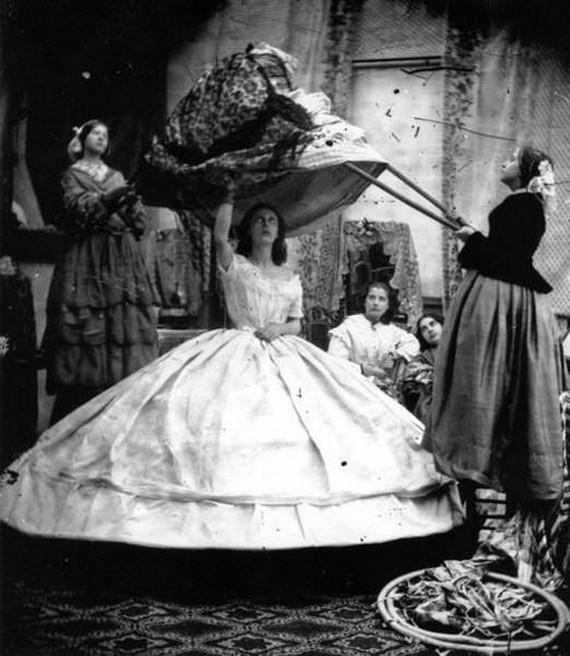 1890 körül. Ehhez a szoknyához nem csak öltöztetők kellettek, hanem hosszú rudak, amivel ráadták a hölgyre..jpg