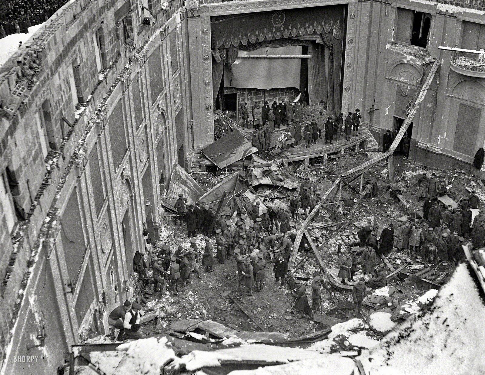 1922. A washingtoni Knickerbocker Színház teteje beszakadt a ránehezedő hó súlya alatt és megölt 98 mozinézőt..jpg