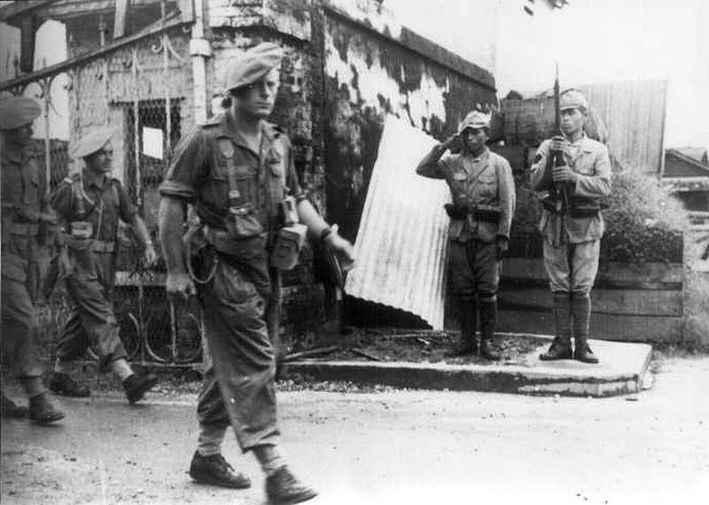 1945. Japán katonák tisztelegnek a bevonuló francia csapatoknak Saigonban..jpg