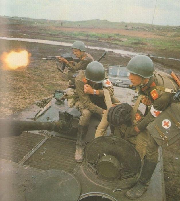 1980 körül. Szovjet hadgyakorlaton egy sérültet mentenek BMP páncélosból, AK fedezettűzben..jpg