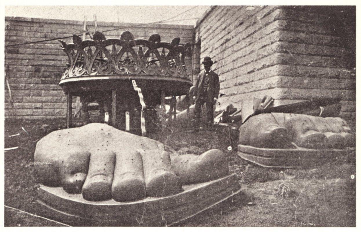 1885. A Szabaság szobor lábai megérkeztek a Liberty Island-re.jpg