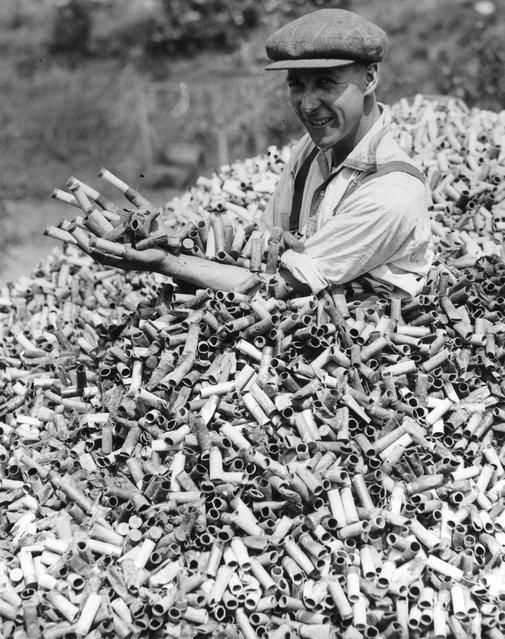 1934. Lövészklub Crayford, Kent, Nagy-Britannia. A heti 20 ezer kilőtt lőszerhüvelyben fürdő férfi..jpeg