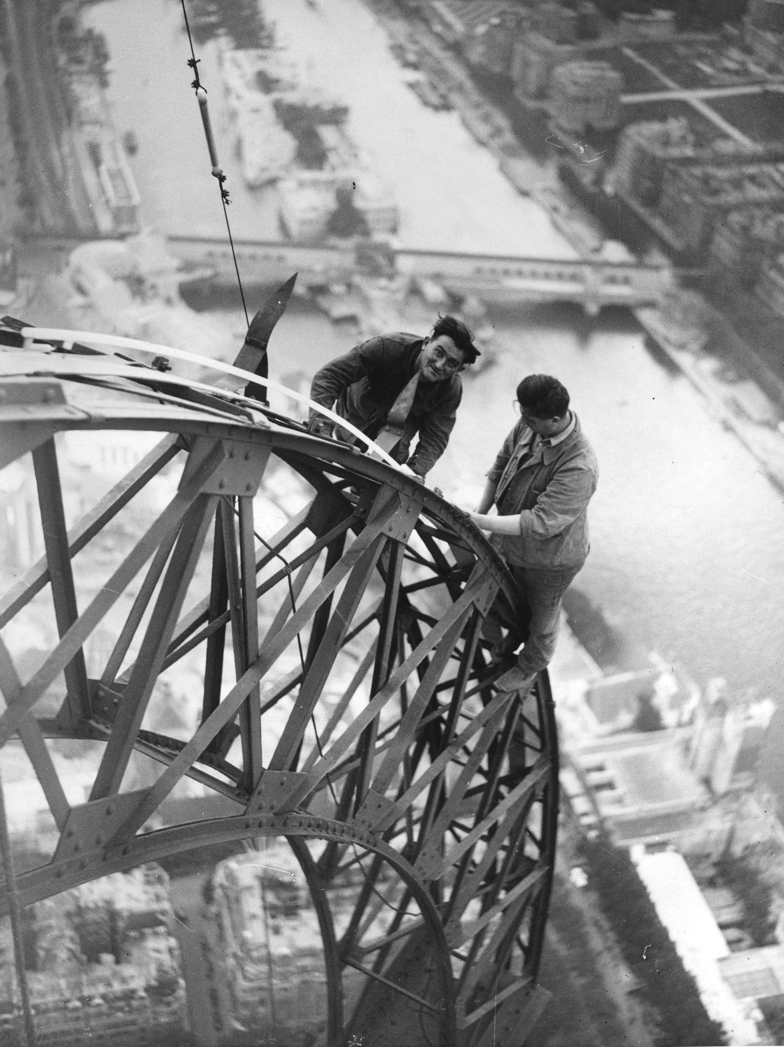 1937 körül. Francia villanyszerelők dolgoznak az Eiffel-tornyon..jpg