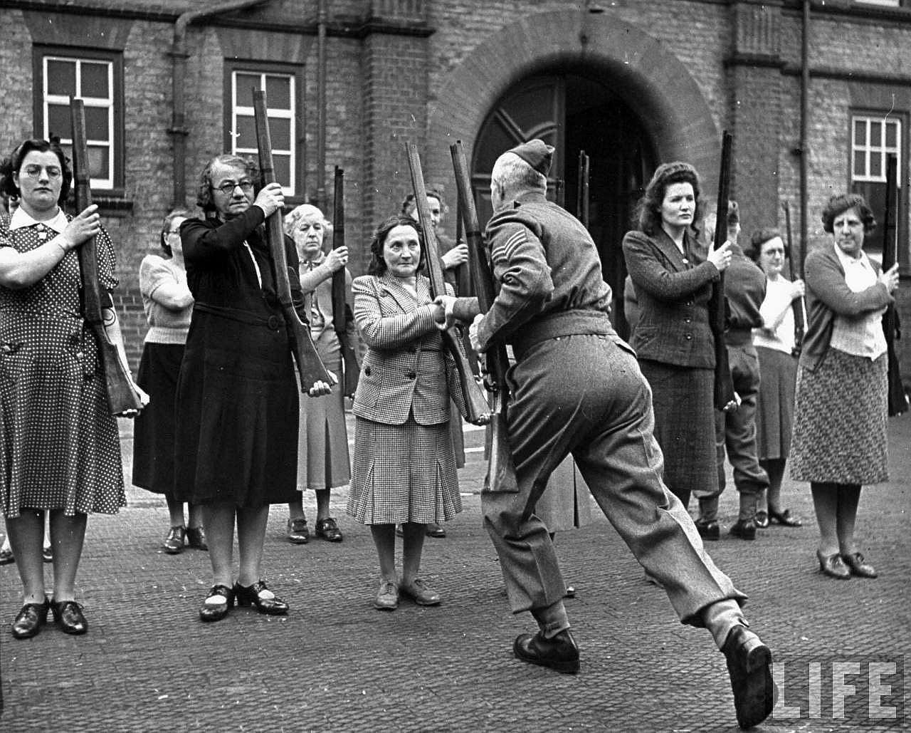 1940. Nagy-Britannia annyira készült a német invázióra, hogy még a háziasszonyok is kaphattak kiképzést fegyverhasználatból..jpg
