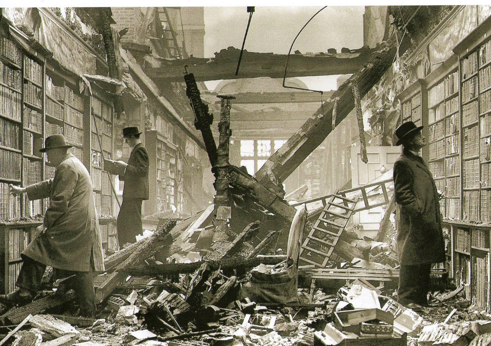 1940. Olvasók egy lebombázott londoni könyvtárban..jpg