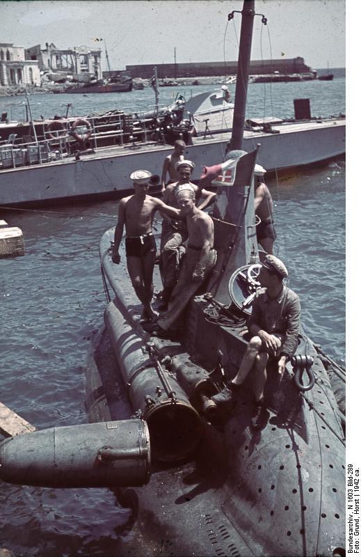 1942. Olasz minitengeralattjáró Szevasztopolnál, a sikeres német ostrom után..jpg